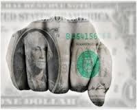 Доллар укрепил позиции, на фоне политической неопределенности