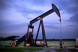 Подешевевшая вчера нефть сегодня слабо дорожает