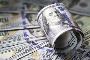 Доллар просел в начале сложной недели для центробанков