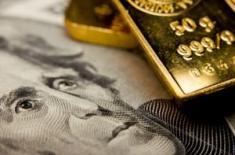 Золото растет, в то время, как доллар падает